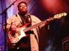 Sur scène, les musiciens sont tour à tour mis en valeur : le slap bass funky du monumental Juan Nelson.